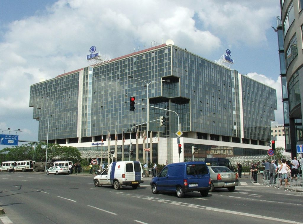 Zdroj: http://commons.wikimedia.org/wiki/Hilton_Hotels#/media/File:Hilton_prague_bush_2007_1913.jpg