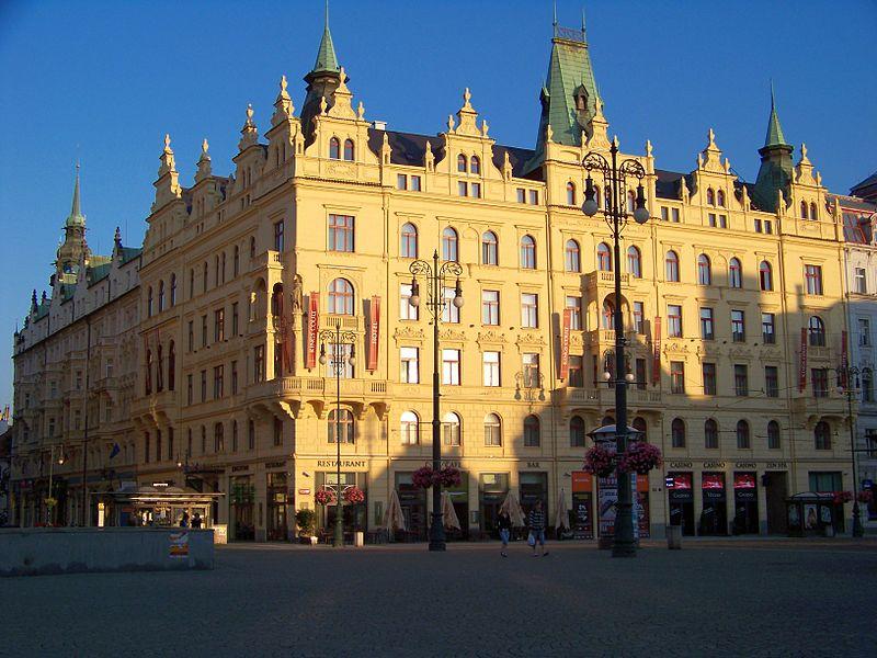 800px-Náměstí_Republiky,_Obchodní_a_živnostenská_komora_a_hotel_Paříž